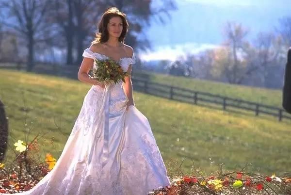 逃婚新娘穿上一字露肩婚纱的美丽时刻.即使裙摆很长,也显得很帅气.