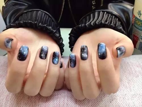 教程:教你星空美甲,打造指尖上的璀璨星空!图片