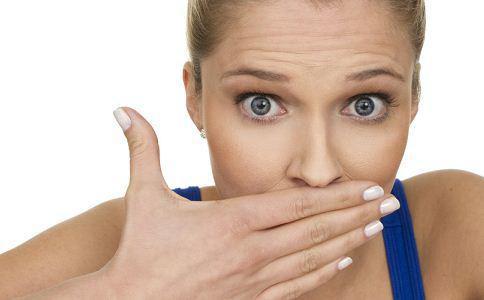 女人口气重是什么原因_女性口臭是什么原因 去口臭吃这些食物好