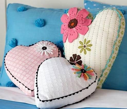 part 1:花朵心形抱枕 独特的心形靠枕打造出浪漫的卧室氛围.