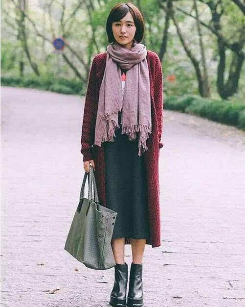 搭配技巧:大红色毛衣+白色蕾丝连衣裙+棉靴+红色帽子