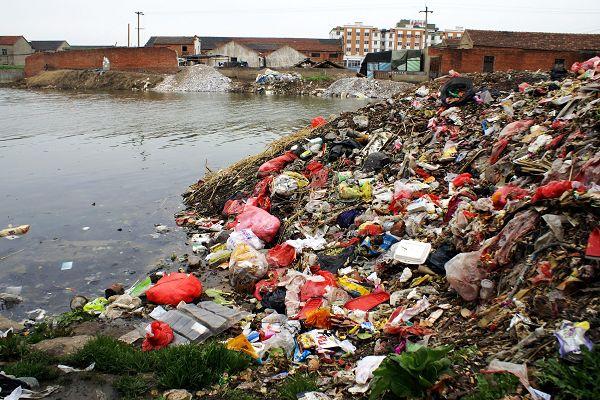 盐城某处水源被生活垃圾污染(图片来源于百度)