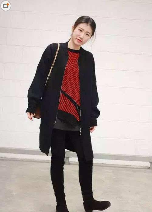 搭配技巧:大红色毛衣+黑色外套+黑色裤子+黑色靴子