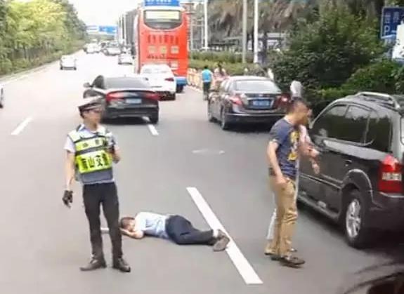 聚焦丨网曝深圳一司机视频打晕公交司机,协警轿车a司机动画图片