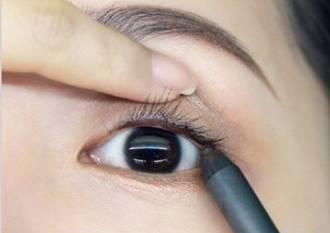 用带珠光的眼影笔画出卧蚕,主要在卧蚕前三分之二的部分.