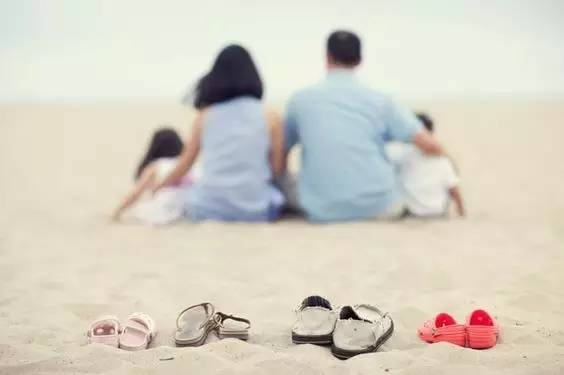 相依相偎的意思_相依相偎的背影,相扶相持的一家人.