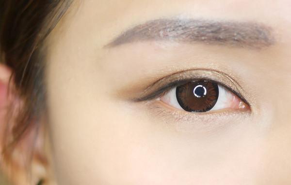 下眼影的部分先用爱茉莉的卧蚕笔画出自然的卧蚕   然后再用koji的眼线
