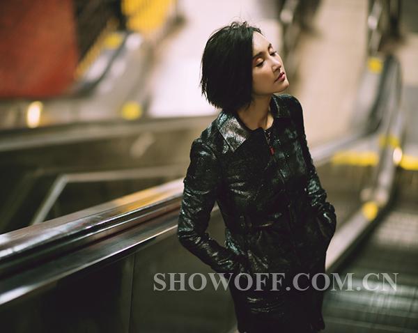 张歆艺街拍写真 皮衣搭配碎花短裙帅气又柔美