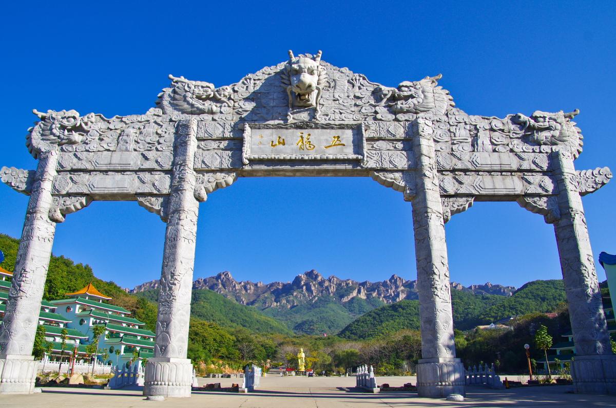 """五龙山既是天然植物园,也是""""天然石雕公园"""",大大小小的象形石给人以"""