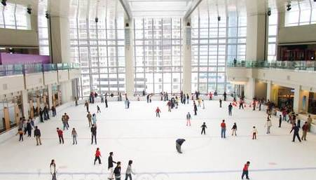 """1,万象城——缤纷万象溜冰场 ▼ 冰纷万象滑冰场多次举办""""冰上圆愿"""""""