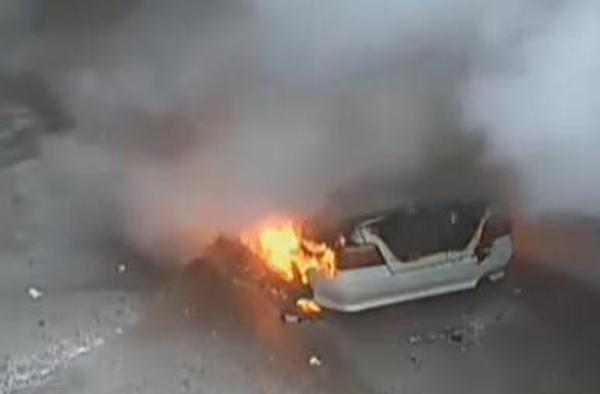 熊孩子车内扔鞭炮,半小时烧毁一台轿车