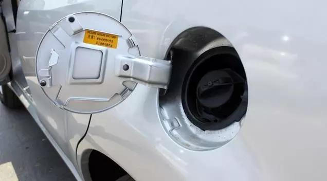 事故时造成更严重的伤害;还有,加油时需驾驶人熄火后自己走到车身另一侧开盖加油,如果与驾驶室在同侧,可能很多人懒得熄火,造成隐患。   还有,一般左舵车的排气管在左侧,右舵车的排气管在右侧,这样汽车的尾气排放就远离了行人,而油箱盖的位置与排气管不同侧,这样可避免排气管的热量烘烤油箱引发火灾,增加安全性。   成本影响油箱盖的位置,撞到加油机只能忍了!      如果是在左侧通行、油箱盖在右侧的右舵车,进入到中国后只需改为左舵就可以,很适应中国的驾驶习惯。可是,一些与中国行驶习惯不同的国家的车企,旗下车型在进