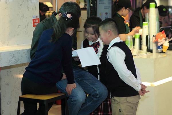 扬州:小学生参与社调查,街头实践垃圾入箱小学城中好吗图片