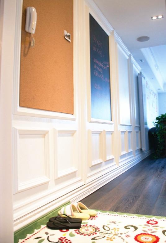 进门有四个简易欧式线条做的白框框