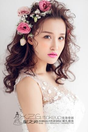 出嫁这天更是想打扮得楚楚动人,鲜花布置的婚礼越来越常见,新娘的发型图片