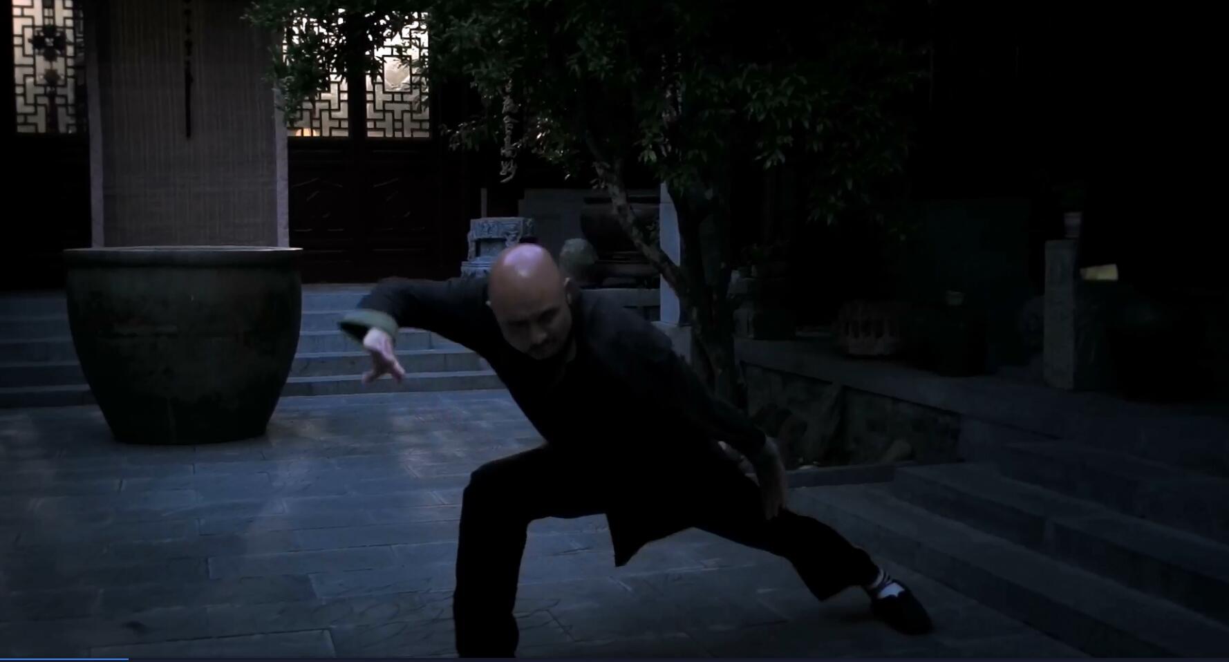 为观众重点展示少林拳脚功夫的独 关东拳传人史文杰;金钟罩铁布衫
