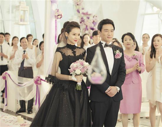 戚薇在《我是杜拉拉》中穿着黑色的婚纱.