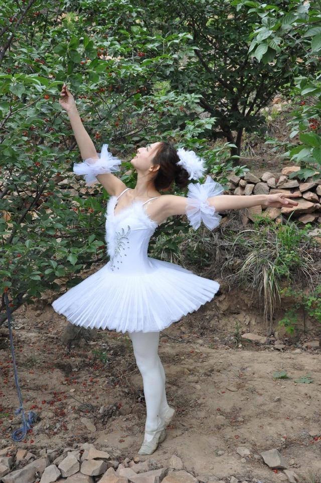 美女樱桃树下跳芭蕾_樱桃树下跳芭蕾美女樱桃树下跳芭蕾好美樱桃树下跳芭蕾