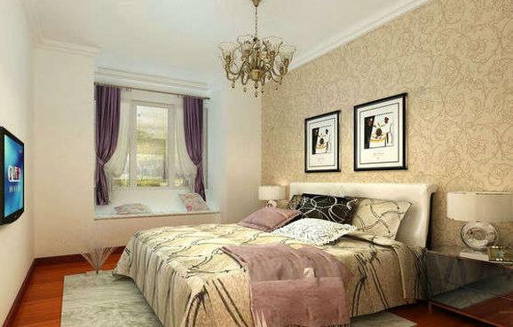 印花壁纸装饰的卧室效果图   这款卧室带给我们的第一感觉是华丽,特别是床头背景墙采用了印花壁纸与简单挂画的搭配,在欧式顶灯的衬托下,将房间的华丽感呈现出来,暗红的木质地板配以淡色的卧室毯,将房间的富贵感呈现出来,一侧的飘窗提升了房间的舒适感。