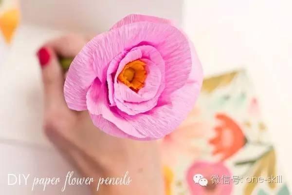 皱纹纸花diy教程很多,这次简单的玩一个花样吧,将皱纹纸与铅笔结合
