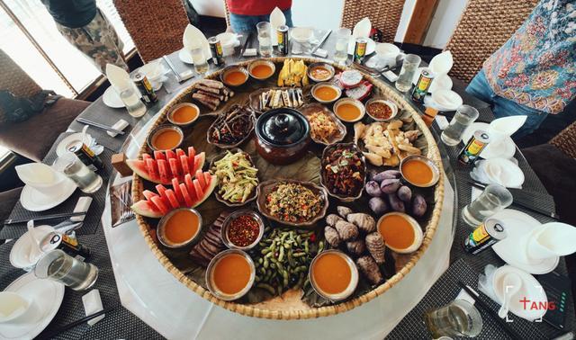 簸箕餐,手抓饭,这是摆满了五谷杂粮,荤素搭配的特色正餐,很好吃!图片
