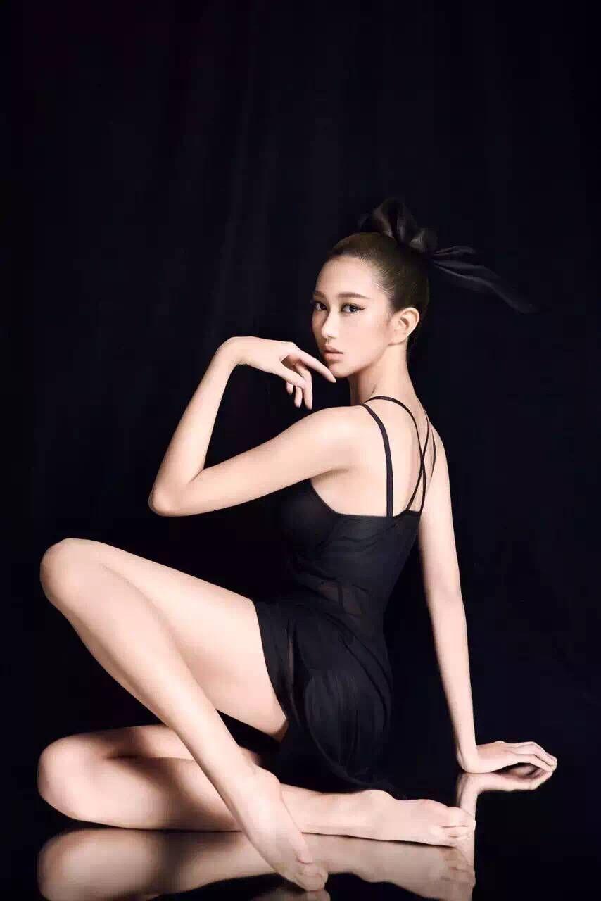 李书瑶演绎芭蕾舞中的黑天鹅