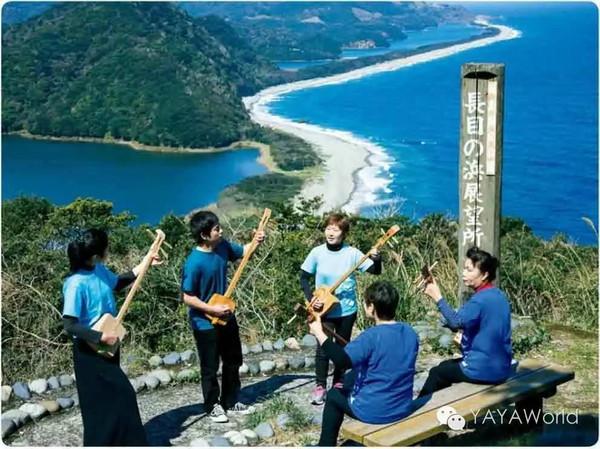 在上甑岛风景最美的地方——长目之滨弹奏箱三线的教室成员.