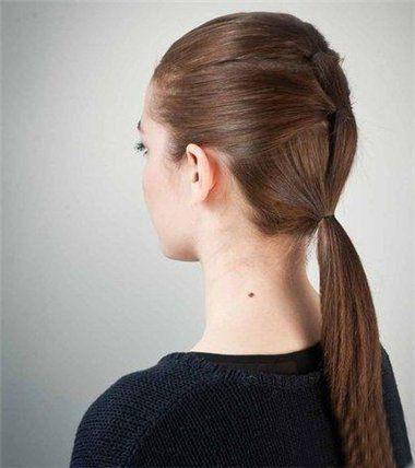 step5 小皮筋做扎马尾辫发型,会比大皮筋更适合直发的女生. 第三款图片