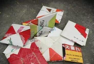用纸折成厚薄不同的正方形纸包