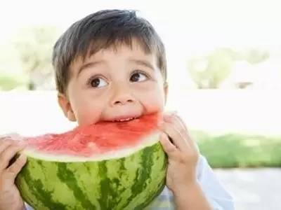 西瓜为什么不能用勺子挖着吃 夏天吃西瓜要注意啥
