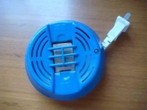 蚊香灯的原理_灭蚊器的原理和传统的杀虫水和蚊香不同,它是采用物理的方式杀死蚊子,灭蚊器上方为吸引蚊子过来的光源,蚊子一旦靠近后就会被风机吸入储
