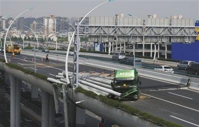 视频:上海中环高架一超载挂车倾覆 致路面损毁交通中断