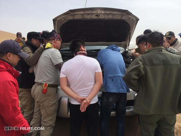 沙漠中脱鞋拔胎是难免的,听说副驾在车里脱鞋后必定会扒胎!图片
