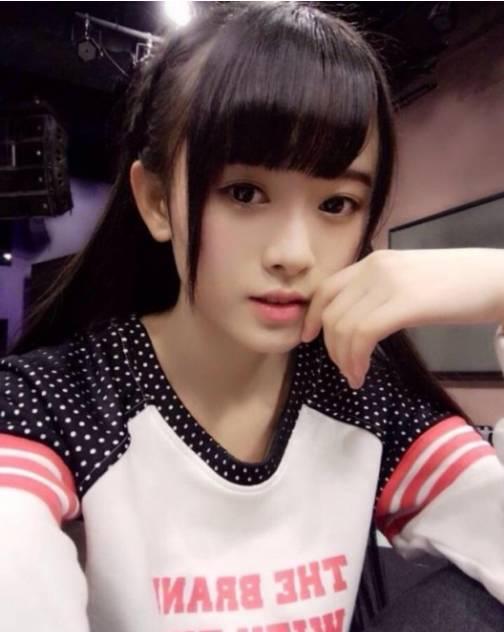 这些年来日本的媒体,总喜欢评选出一些所谓千年一遇的美女。除了本国的美女外,也很关注中国美女。   此前,上海少女团体SNH48的鞠婧祎就被他们评为四千年一遇的美少女,现在苏彬彬又被赞为四万年一遇的美女,可谓夸张没有底线,溢美不惜笔墨。
