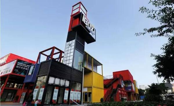 这里是由色彩缤纷的集装箱组成的建筑群.图片