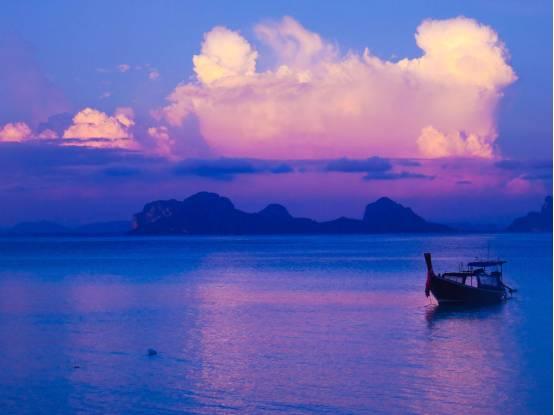 一出酒店就是碧海蓝天租一只小船在大海漂浮放松岂不乐哉?