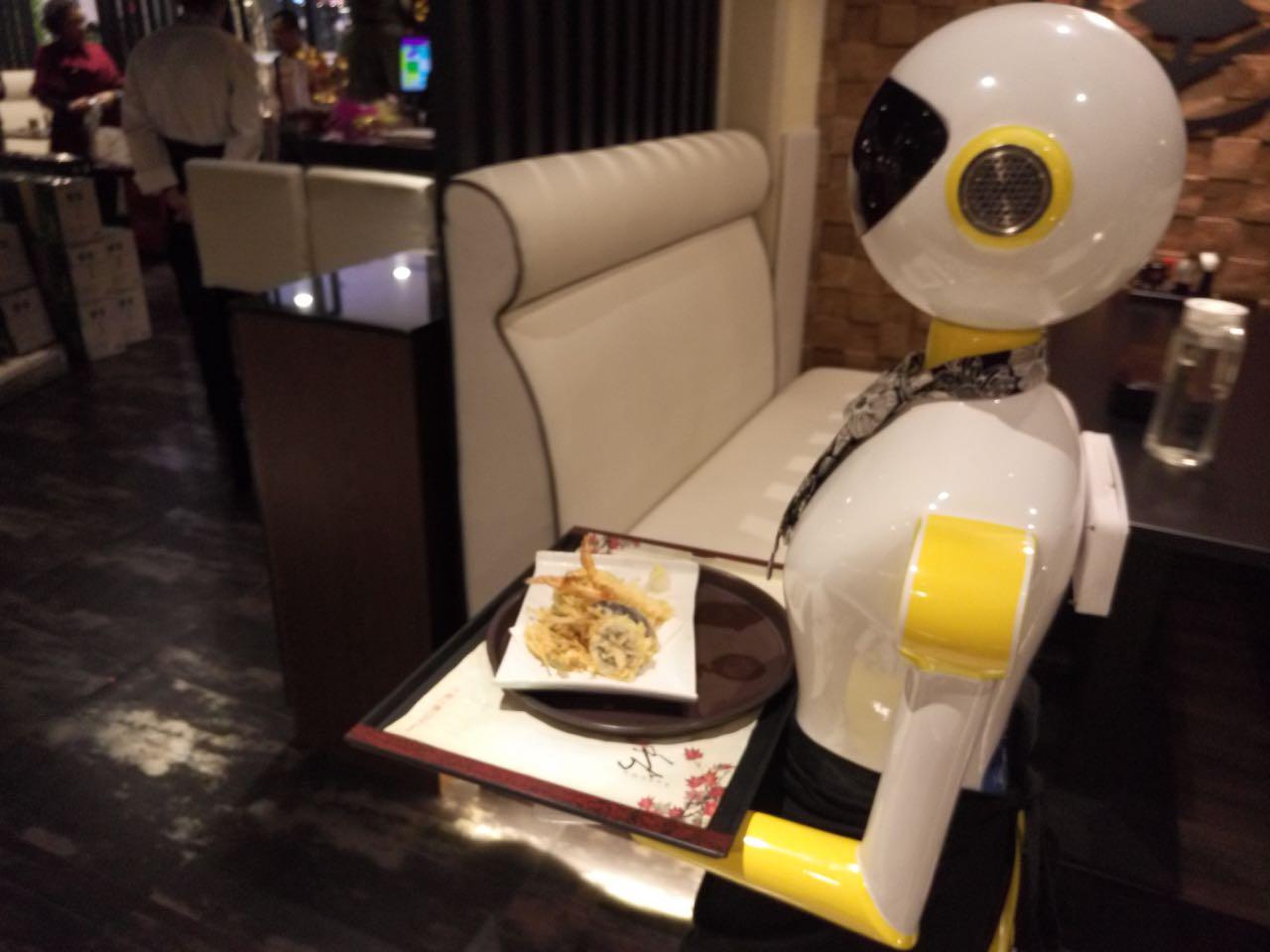 正文  近日,大连万达的一家日本料理餐厅,送菜的不是普通人而是机器人