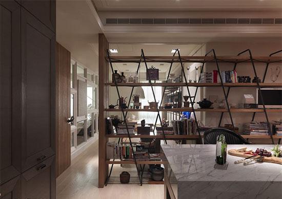 大面的层板书柜隔断餐厅和书房,既通透视野,也能让屋主随时欣赏到自己