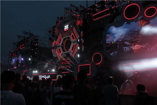 皇族DJ学院带领全体学员铺进百大DJ音乐节现场