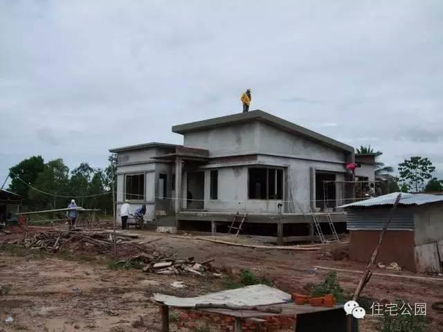 抹灰后,房屋初具雏形,农村建房子比高是一种炫富,低层用框架结构,更是