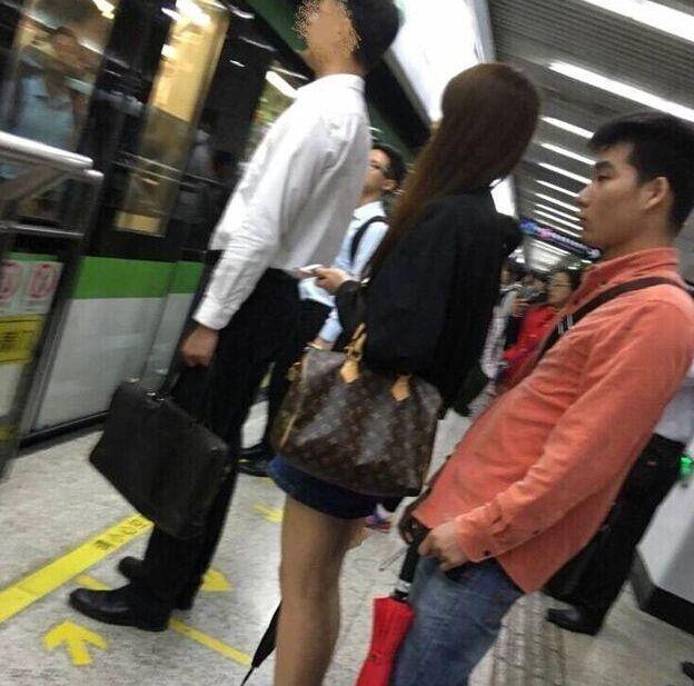 上海一高校男生偷拍女乘客裙底画面曝光