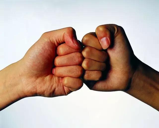 哪里有那个双手握住 然后拳头外面流血的高清图片壁纸?