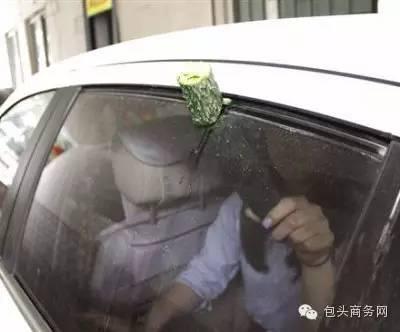 小女孩被汽车天窗夹死了,你家的车有天窗吗