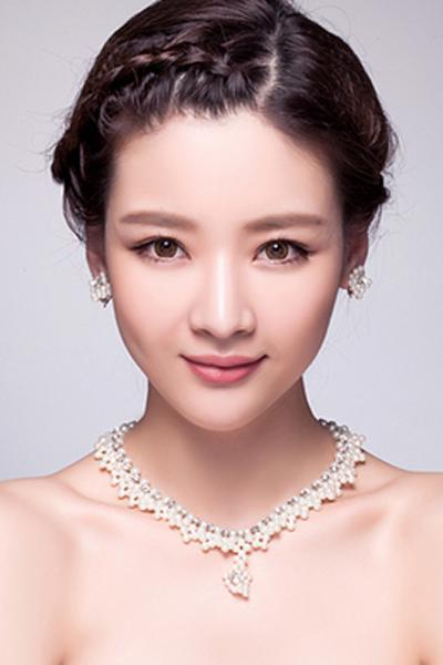 5、将精致的刘海编发融入到造型当中显露出别致的优雅来,清爽的露