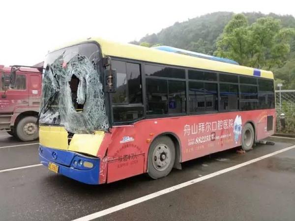 但此时对面驶来的一辆黑色的轿车将轮胎撞飞,直接撞向公交车的前挡风