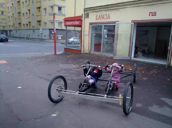 小哥先是花了100元买了这样一辆四轮的自行车,然后他开始了他的跑车大图片