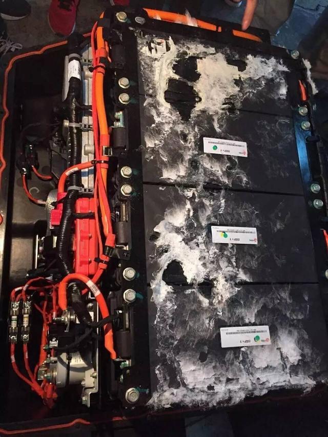 起火荣威e550调查 充电不当引燃内饰,电池完好高清图片