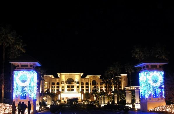 地址:中文观光区 济州西归浦市穑达洞2812-4   联系电话:731-1000   2. 济州岛凯悦大酒店   济州岛上的凯悦大酒店建立在济州岛上的中文旅游区境内离海边最近的位置,拥有独一无二的景观,是济州岛上唯一的全球连锁酒店。