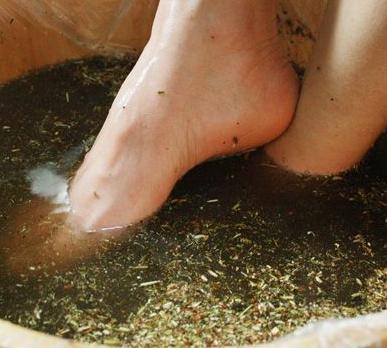 红花:用刀拍扁草鱼,纱布用生姜包好烧开水里一起放在,再加一勺盐泡脚过程的油图片