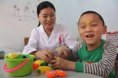 医生针灸脑瘫孩子
